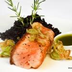 6-Salmon com Arroz Negro e Azeite de Manjericão